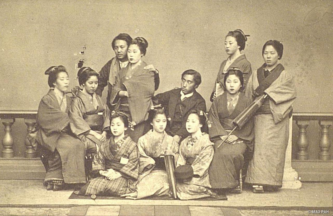 Группа девушек и юношей