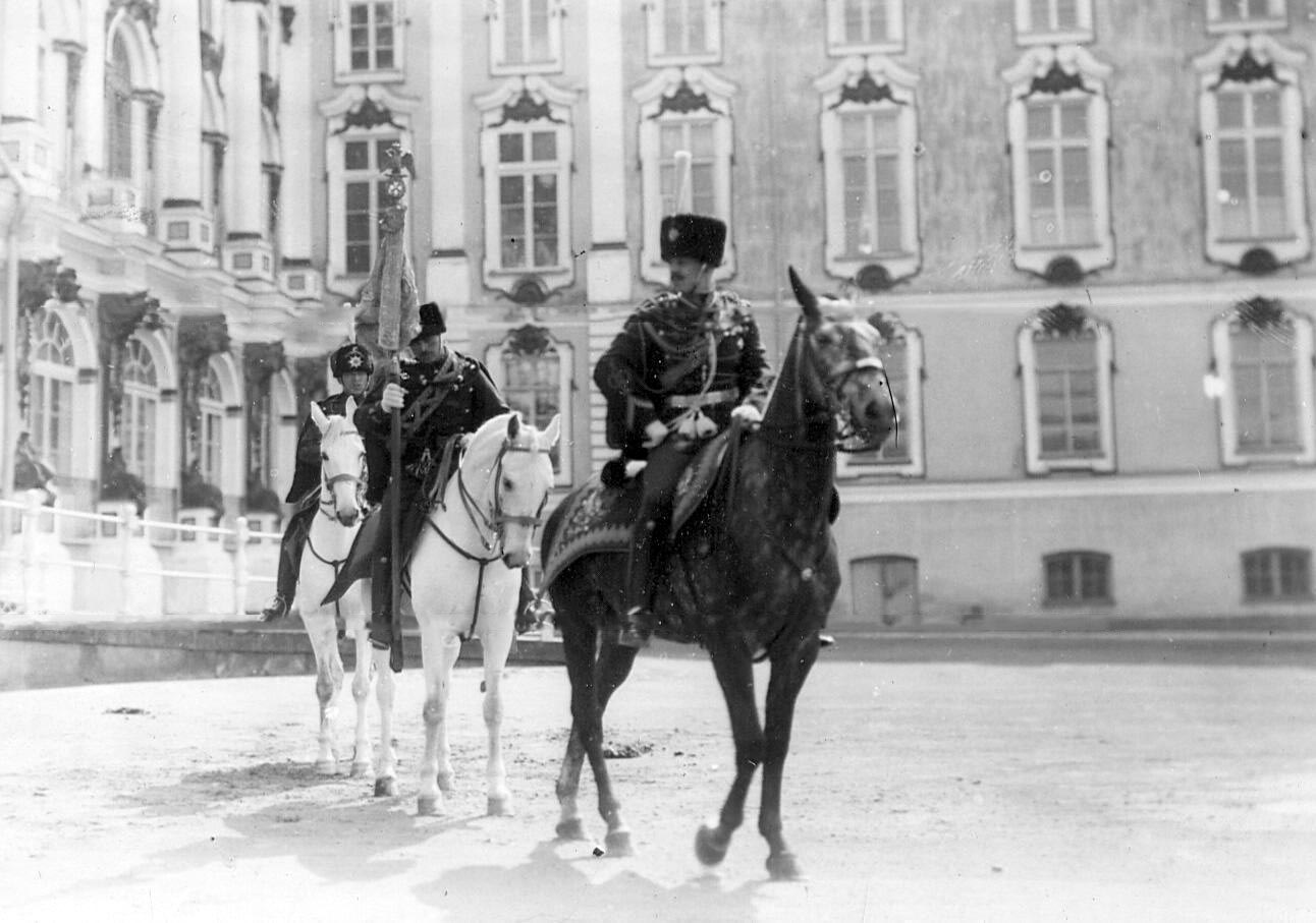 1910. Гусары с полковым штандартом на параде полка