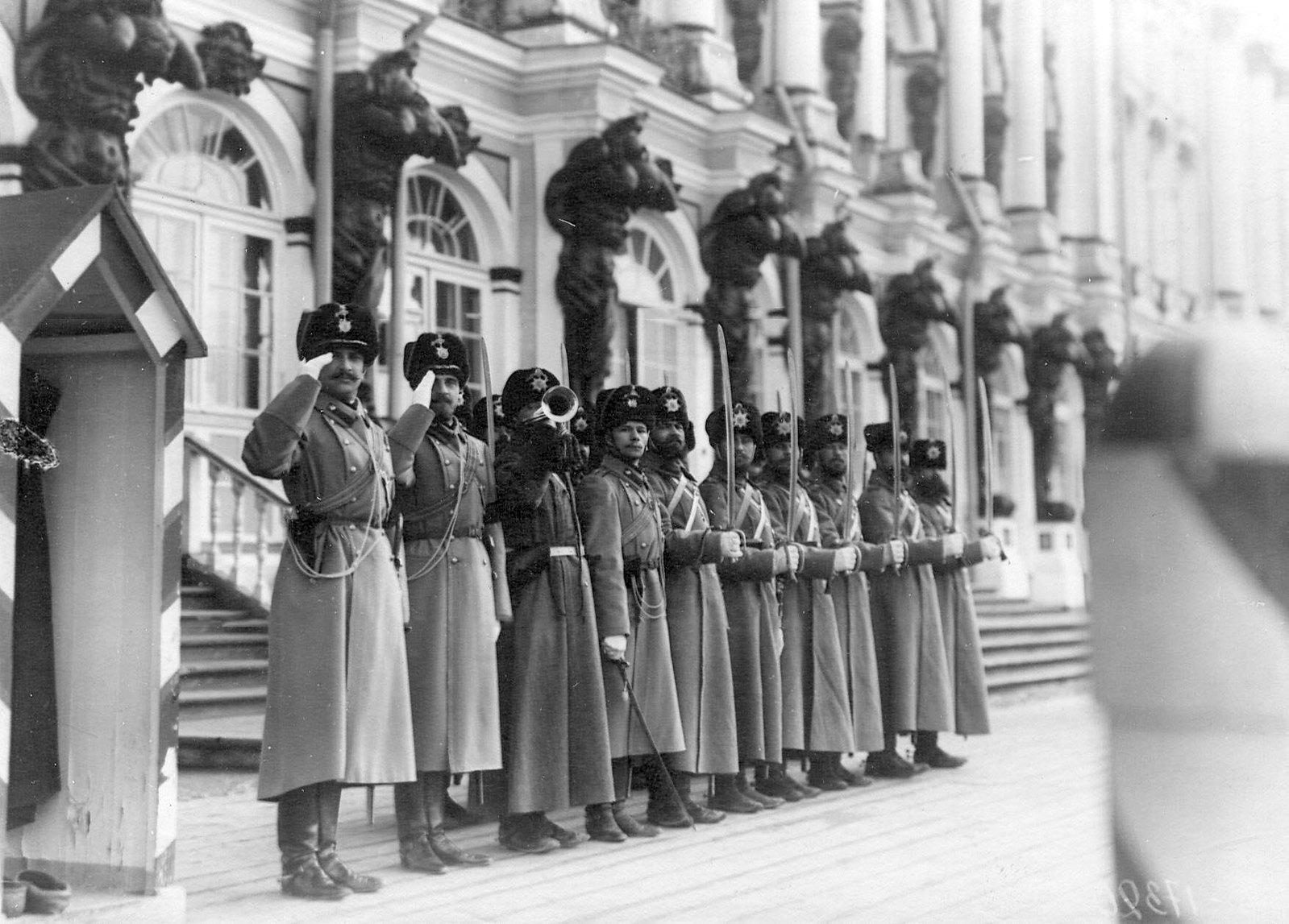 1909. Караул гусар у Екатерининского дворца