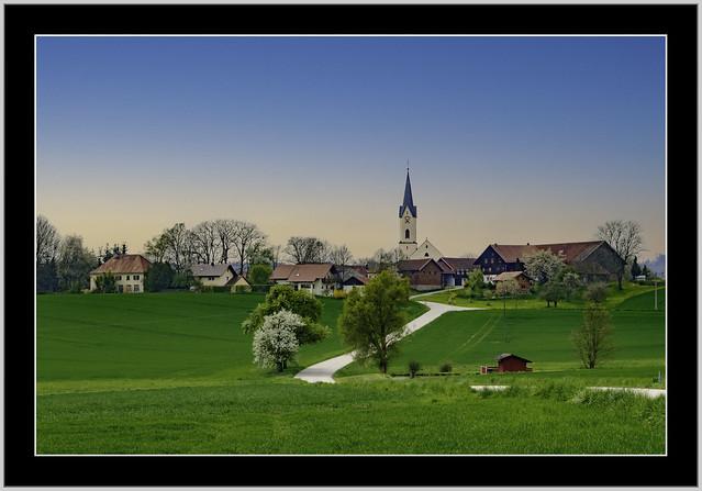 Landschaft in Weng, ist ein Ortsteil der Stadt Bad Griesbach im Rottal. Mit der Pfarrkirche Sankt Johannes der Täufer.