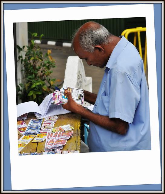 Les Sri Lankais sont joueurs .Il y a beaucoup de stands de loterie de rue partout dans le pays et c'est souvent la queue dans ceux pres des marchés . Ici a Kandy  .