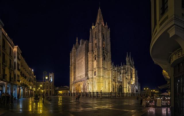 Cae la noche en León