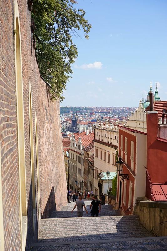 カレル橋からプラハ城へ_16