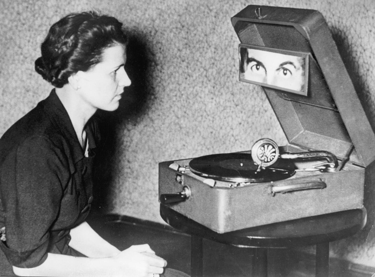 16. Телепатический гипноз с помощью граммофона; женщина-объект должна сосредоточиться на фотографии своих глаз во время проигрывания пластинки