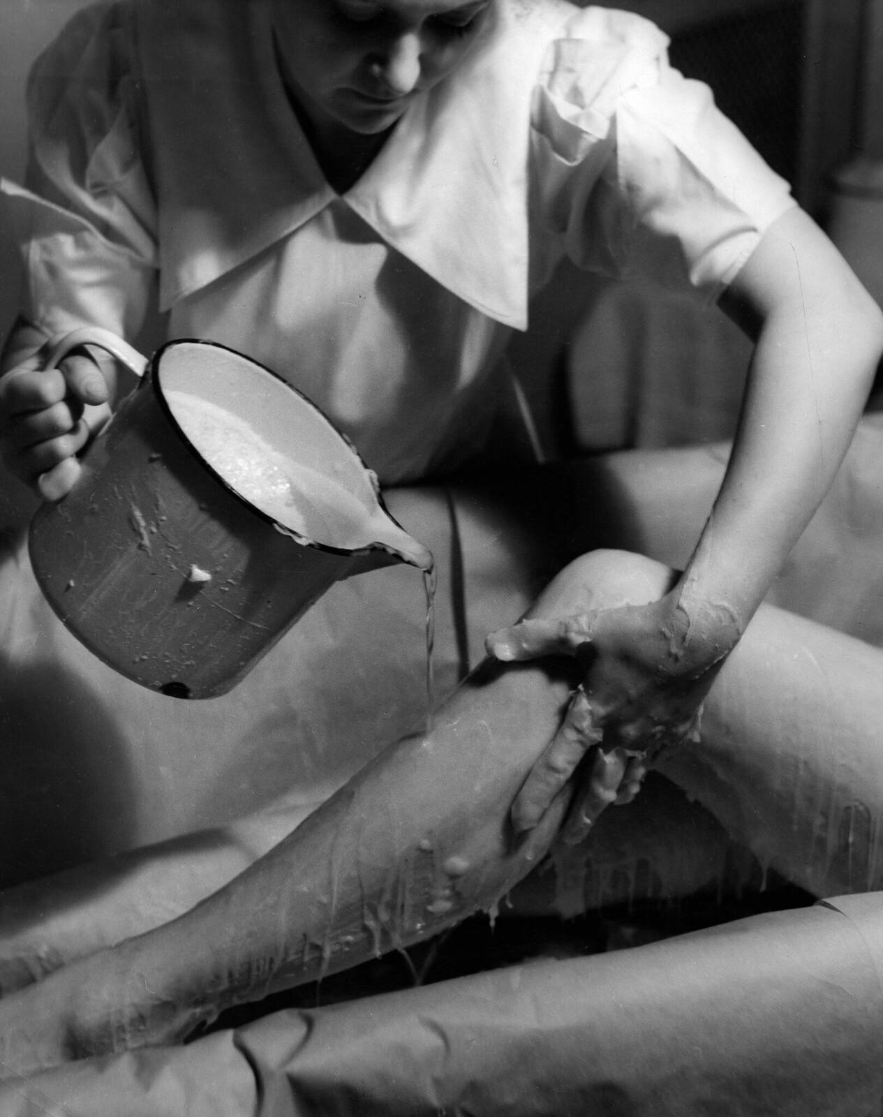 09. Депиляция волос воском. Ноги женщины должны быть обмазаны горячим воском