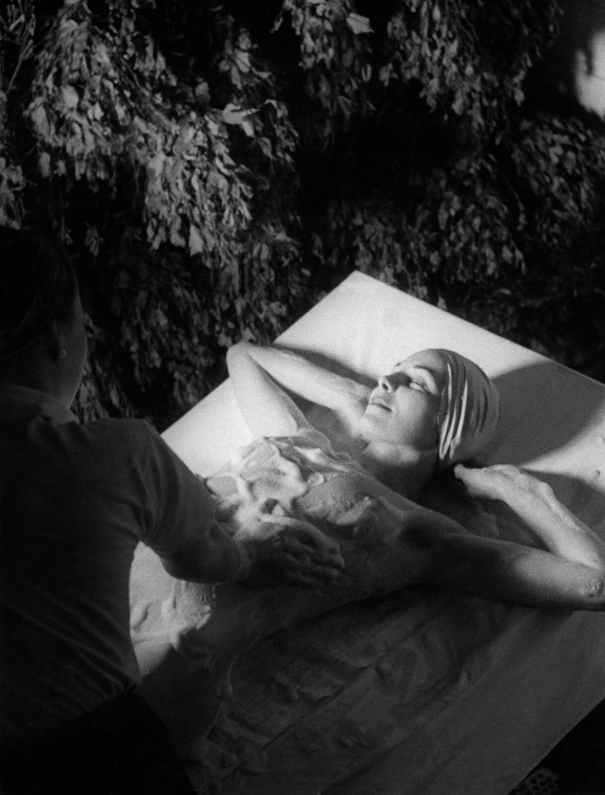 07. Женщине делают массаж с мыльной пеной в сауне