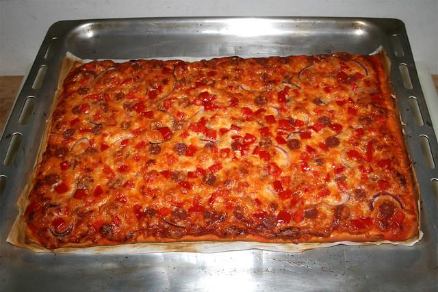 11 - Pizza with salami, bell pepper & onion - Finished baking / Pizza mit Salami, Paprika & Zwiebel - Fertig gebacken