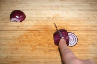 03 - Cut onion in rings / Zwiebel in Ringe schneiden