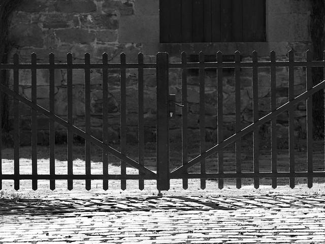 Porta reixada de ferro al Passeig Maristany, Camprodon, Ripollès, Girona.