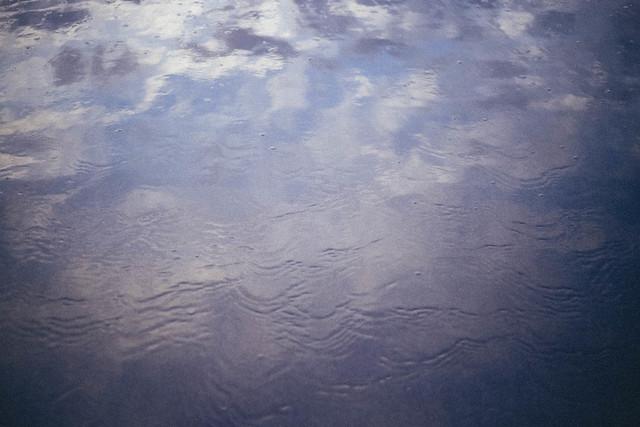 En este momento miro por la ventana y me parece que llueve un poquito