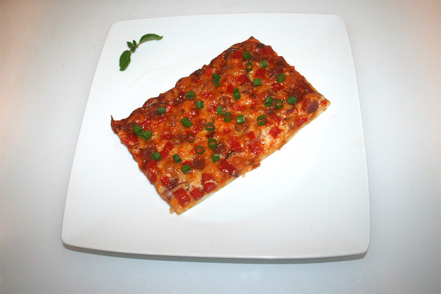 12 - Pizza with salami, bell pepper & onion - Served / Pizza mit Salami, Paprika & Zwiebel - Serviert