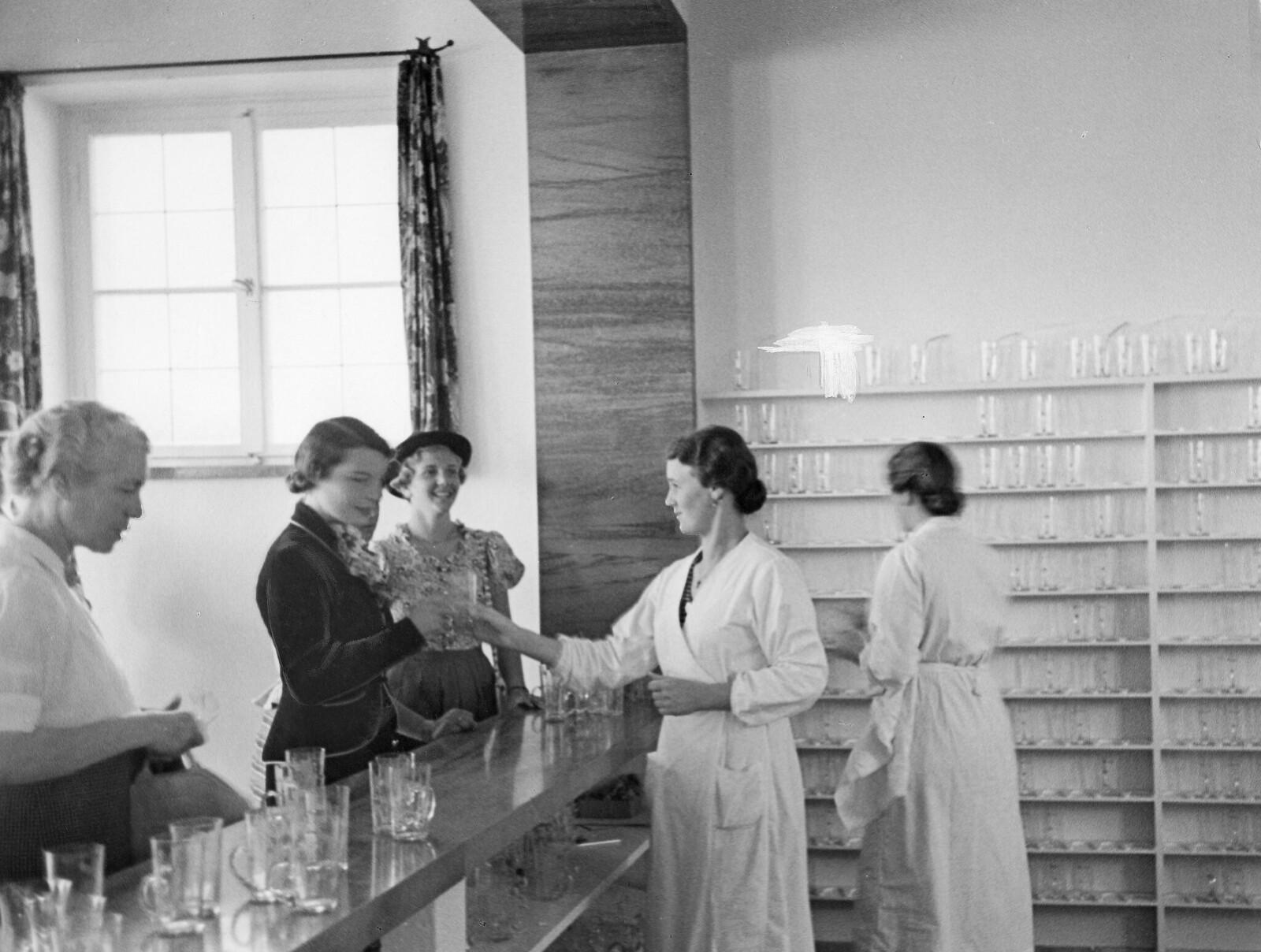 13. Бад-Висзее. Пациенты санатория пьютминеральную воду в баре