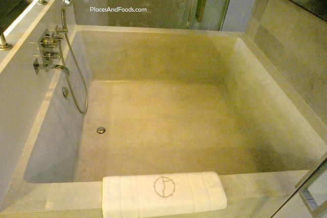 casa de la flora bath tub