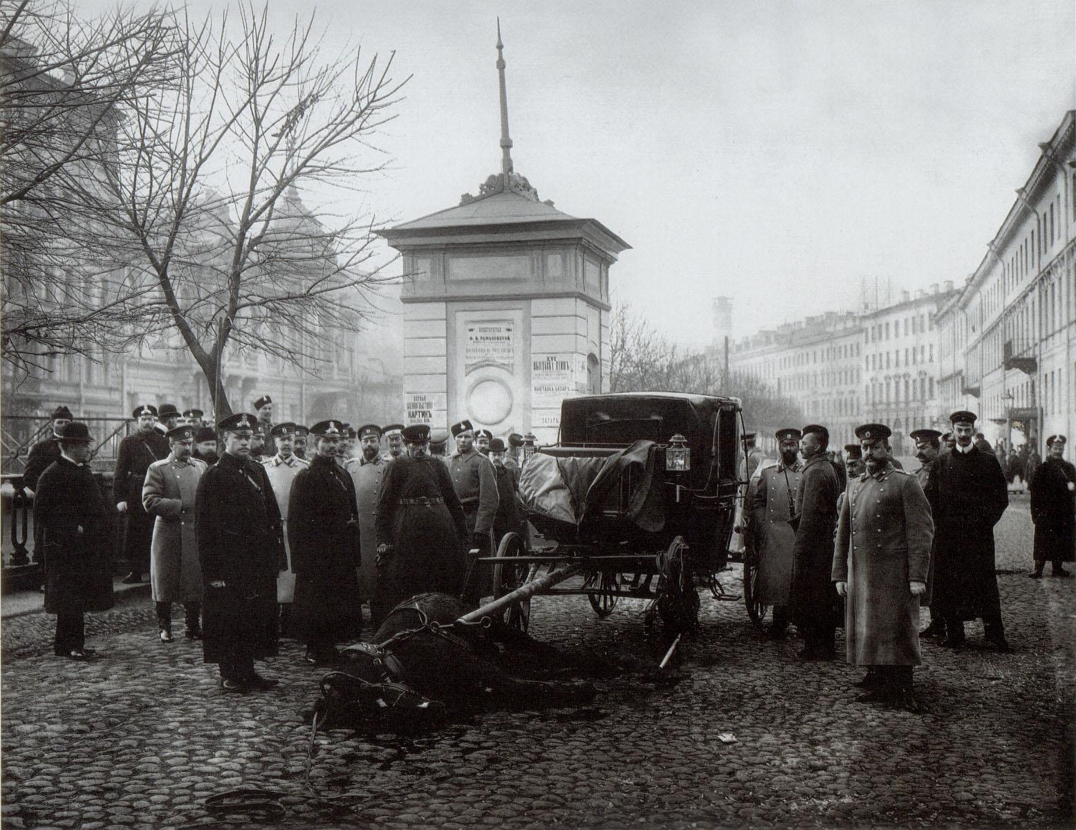 1906. Карета казначейства после нападения на неё эсеров на набережной Екатерининского канала1