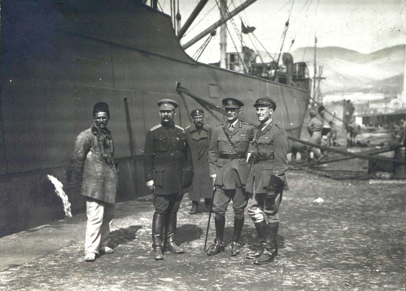 309. 1919. Британские офицеры и офицер ВСЮР, обеспечивающие выгрузку английских танков в порту Новороссийска