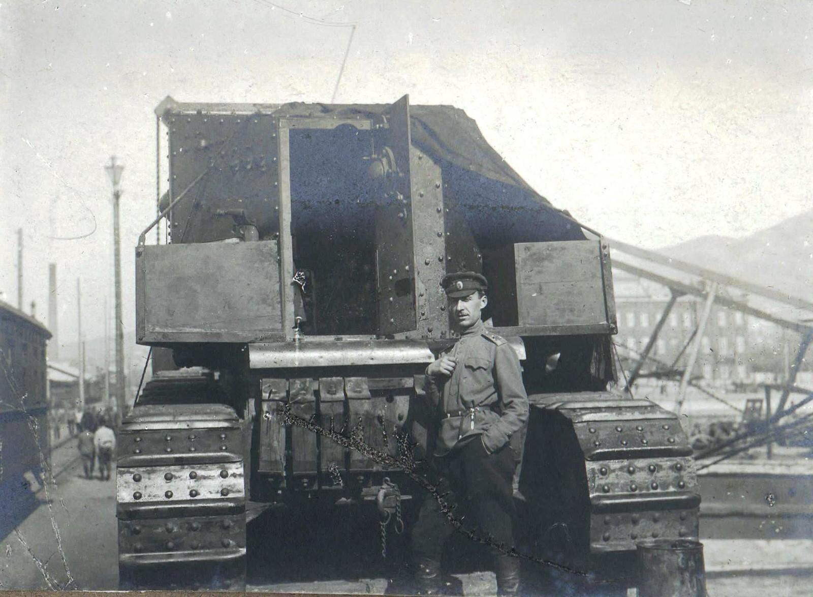 314. 1919. Офицер - танкист около танка «Уиппет»