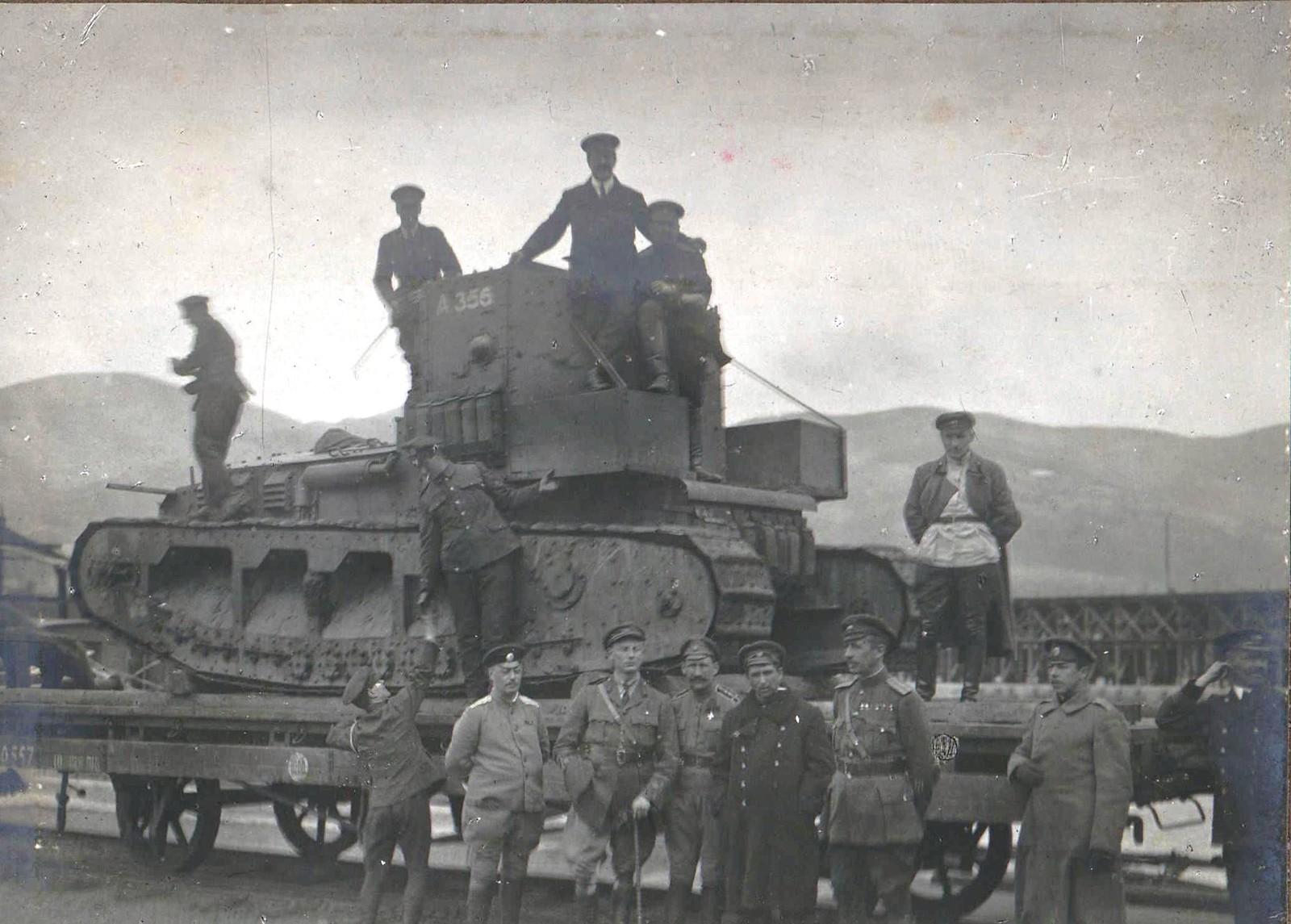 312. 1919. Выгруженный с парохода танк МК-А «Уиппет», установленный на железнодорожную платформу для отправки в Екатеринодар