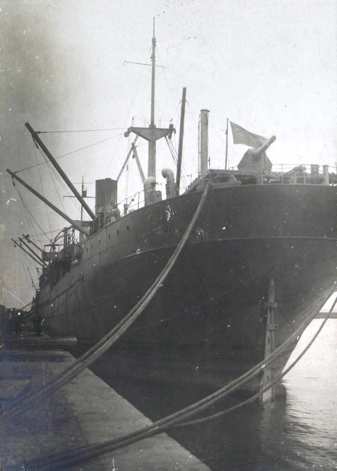 301. Британский корабль в порту Новороссийска