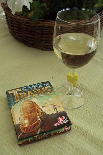 """Glas Weißwein und Kartenspiel """"Game of Trains"""""""