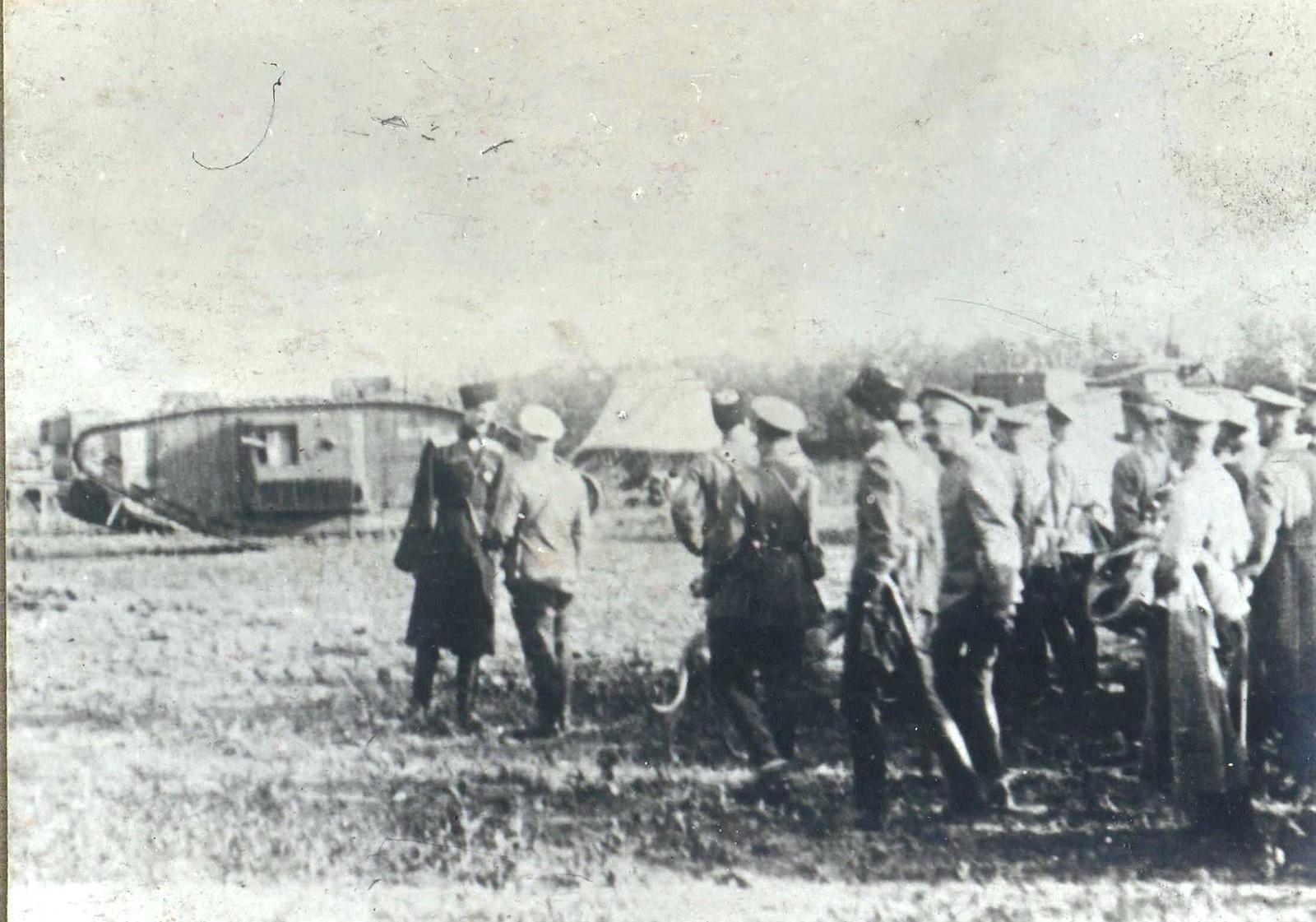323. 1919. Командующий Кавказской армией генерал П. Врангель во время осмотра танков, прибывших под Царицын