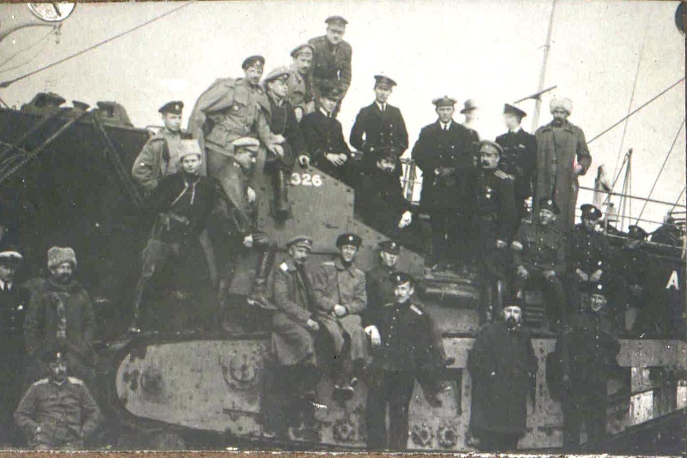 318. Офицеры Вооруженных сил Юга России и британские моряки на доставленном из Англии и снятом с парохода танком МК-А «Уиппет» с бортовым номером 326