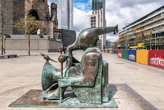 Berlin: Bronzeskulptur von Joachim Schmettau auf dem Breitscheidplatz - Bronze sculpture by Joachim Schmettau on Breitscheidplatz