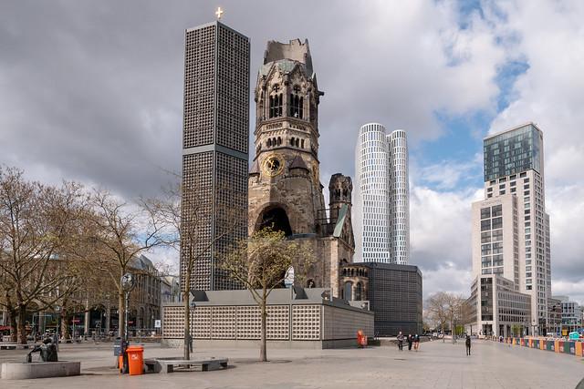 Berlin: Breitscheidplatz mit Kaiser-Wilhelm-Gedächtniskirche sowie den beiden gleich hohen Hochhäusern Upper West und Zoofenster - Breitscheidplatz with Kaiser Wilhelm Memorial Church,