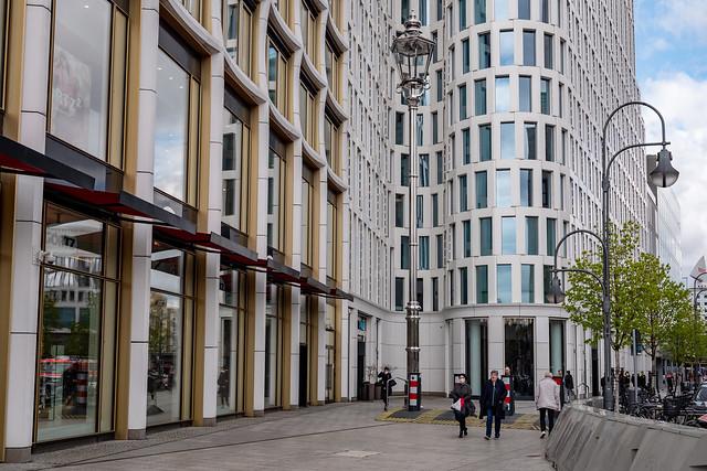 Berlin: Eine ins Riesenhaft vergrößerte Kopie einer altberliner Straßenlaterne steht vor dem Hochhaus