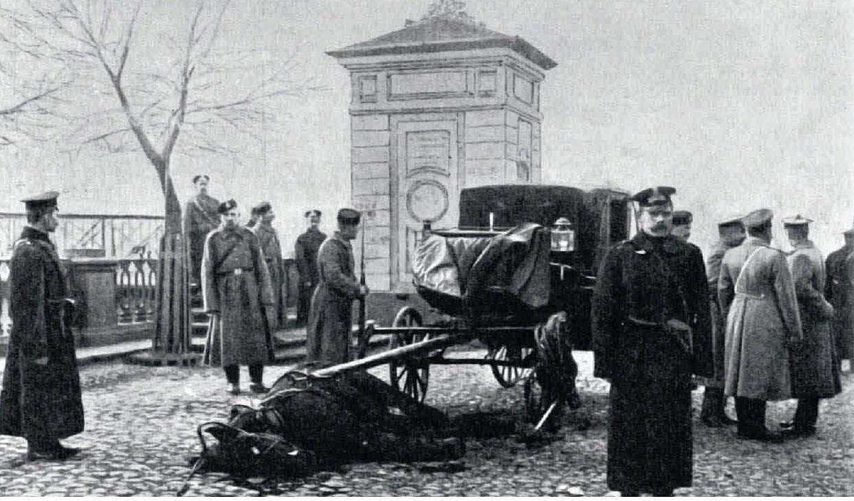 1906. Карета казначейства после нападения на неё эсеров на набережной Екатерининского канала