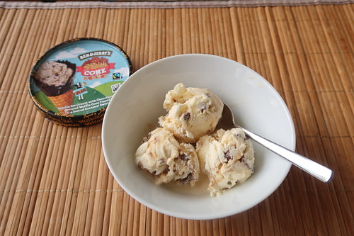 Cone Together (= Vanilleeiscreme mit Waffelstücken in kakaohaltigen Bits und gesalzener Karamellsauce) von Ben & Jerry´s