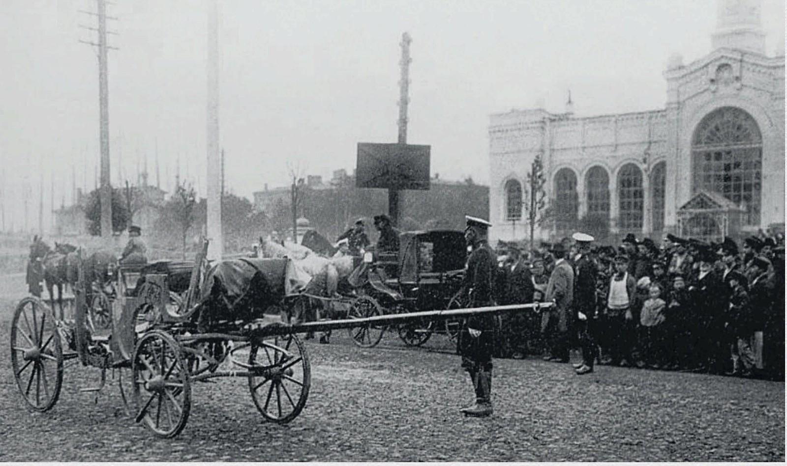 1904. Место взрыва у Варшавского вокзала и остаток кареты убитого министра внутренних дел В.К.Плеве. 15 июля
