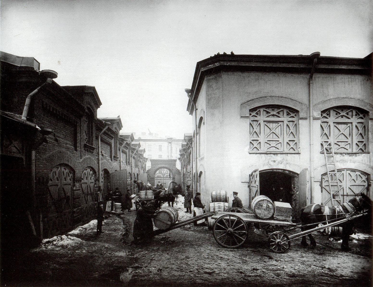 1902. Склад москательных товаров А. Вельца. Рабочие во дворе завода грузят на телеги бочки для отправки в Москву