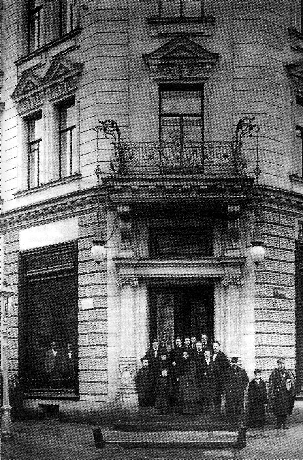 1901. Путилов с семьёй на ступенях своего доходного дома