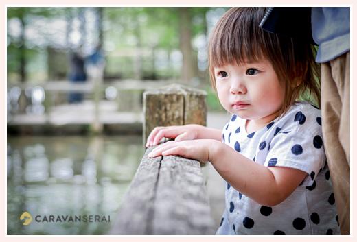 つぶらな瞳の1歳の女の子