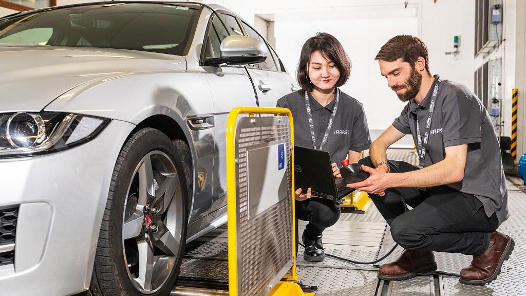 汽车领域的研究人员合作