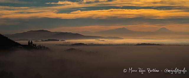Volcanes entre la niebla