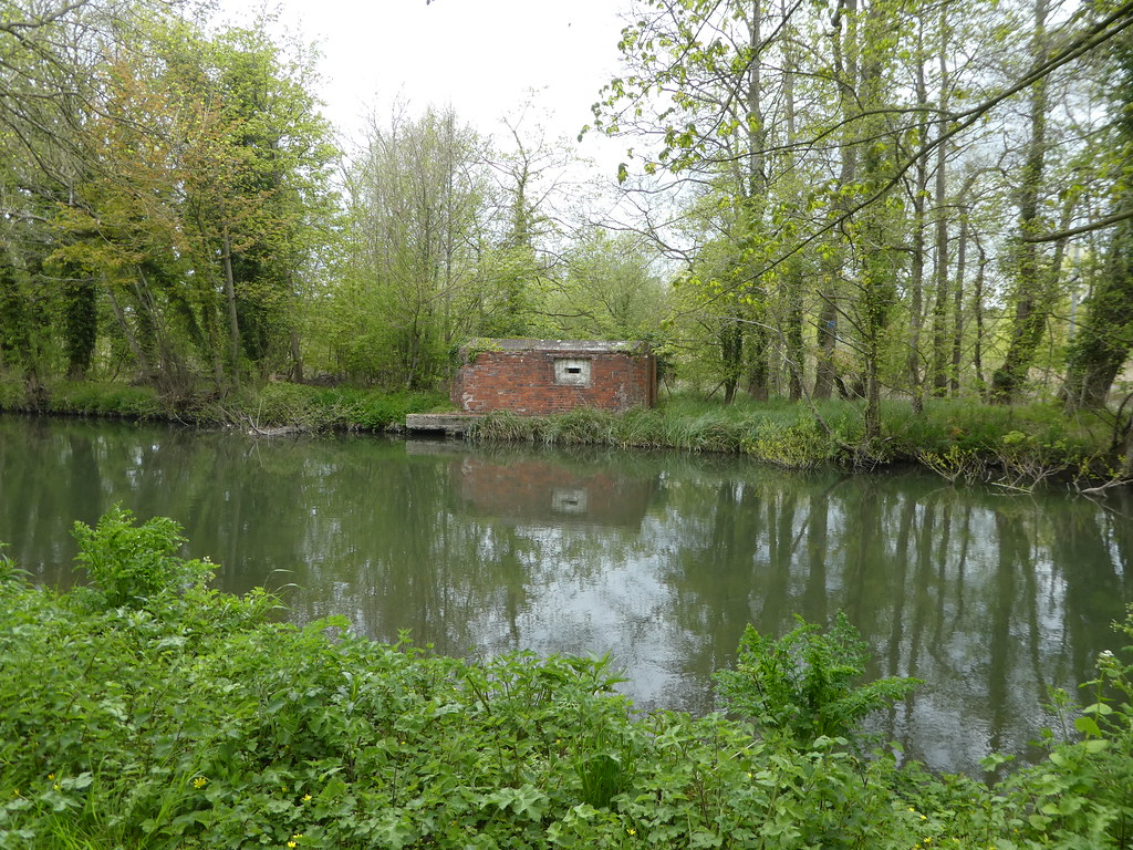 Pillbox near Woolhampton Lock