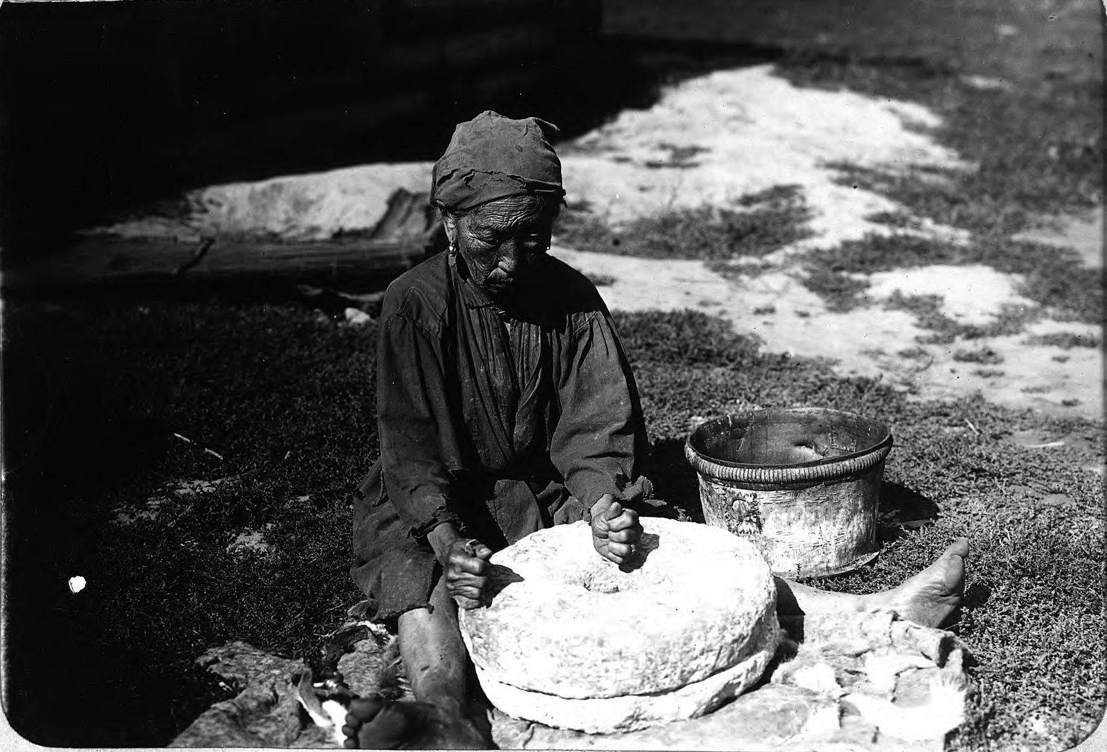Работа с мукомольным жерновом