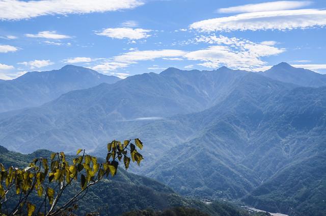塔羅留稜線危瘦稜(H 1367 m)東眺關山、斯拉巴庫、小關山