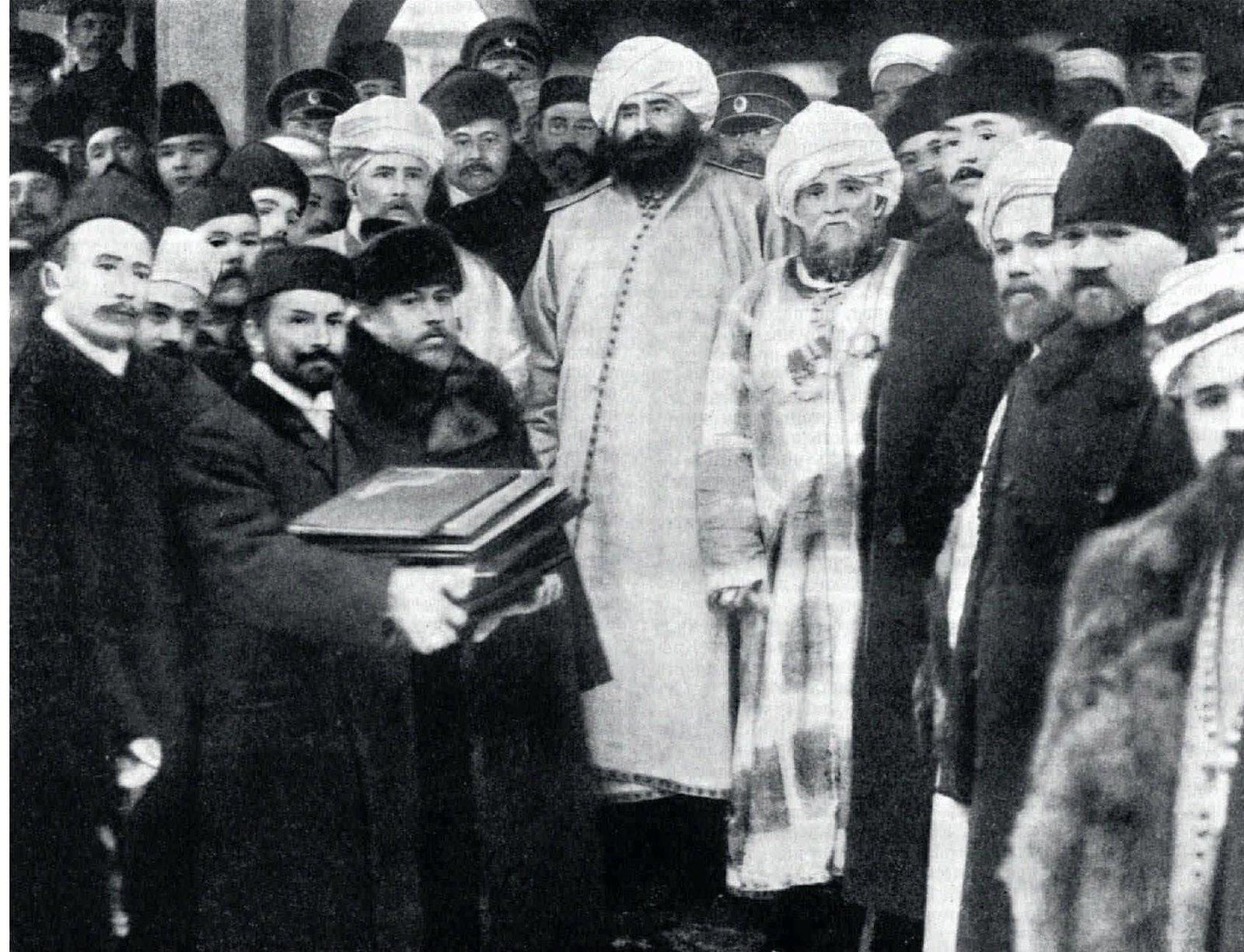 1910. Сеид Аббдул Ахад-хан, эмир Бухарский, на торжестве закладки мечети в Санкт-Петербурге, справа ахун Г.Баязитов