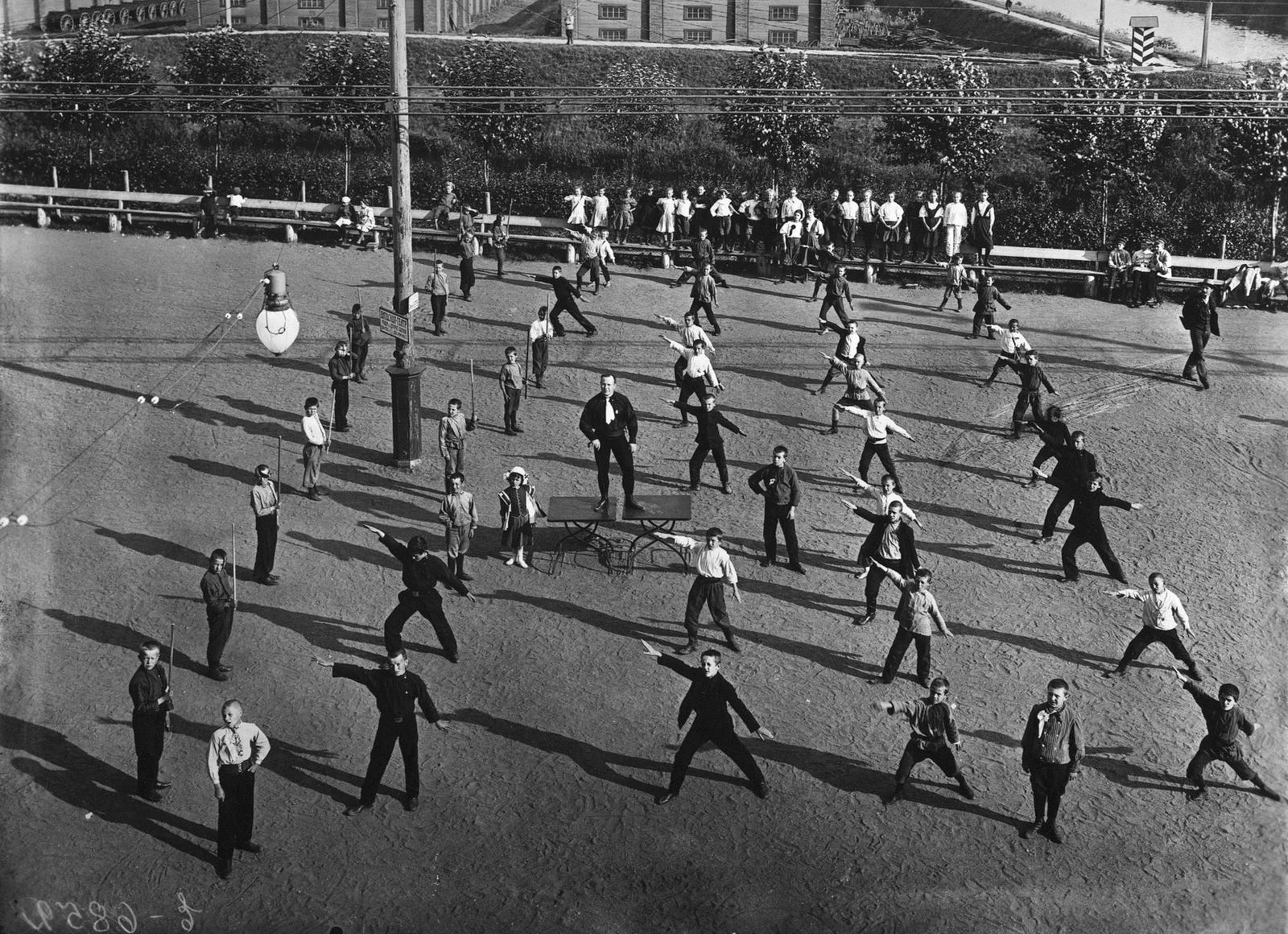 1909. Руководитель курсов физического развития детей В.П.Крестьянсон, организовавший упражнения в шведской гимнастике