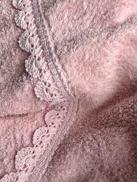 Textile Texture.Frotté mit Häkelborte.