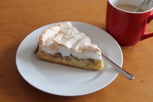 Letztes Stück vom Rhabarberkuchen mit Baiserhaube zum Nachmittagskaffee