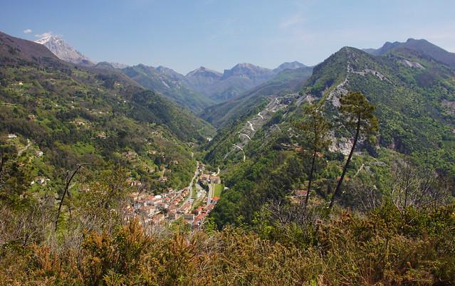 Il borgo di Seravezza in Alta Versilia e le Alpi Apuane