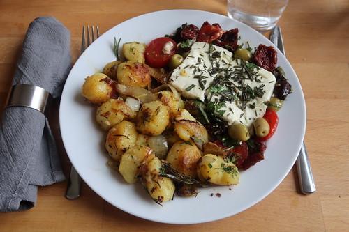 Ofenfeta mit Tomaten und Oliven zu Rosmarinkartoffeln