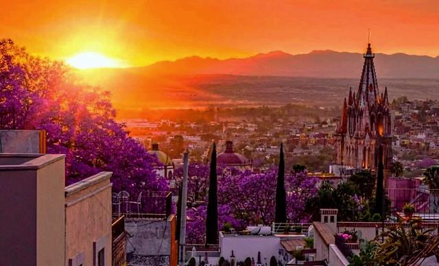 Ocaso Iluminando la Parroquia de San Miguel Arcangel y...