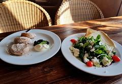 Domácí lívanečky a salát s kozím sýrem v restauraci Plešivec