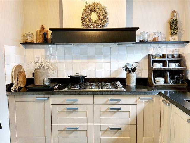 Landelijke keuken gruttersbak aanrecht houten snijplanken krans schouw