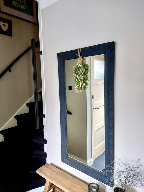 Zwarte spiegel hal groene toef houten bankje tapijt trap landelijke hal
