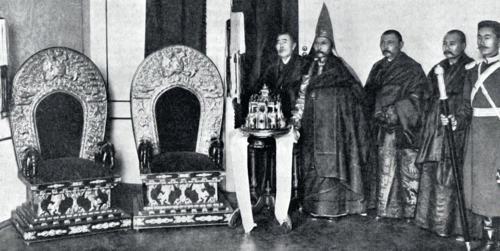 1908. Менке Бормажинов, духовный глава калмыков, и делегация калмыцких монахов и казаков на приёме у императора
